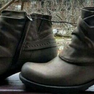 Earth Origins Size 7.5 Dark Taupe Ankle Booties